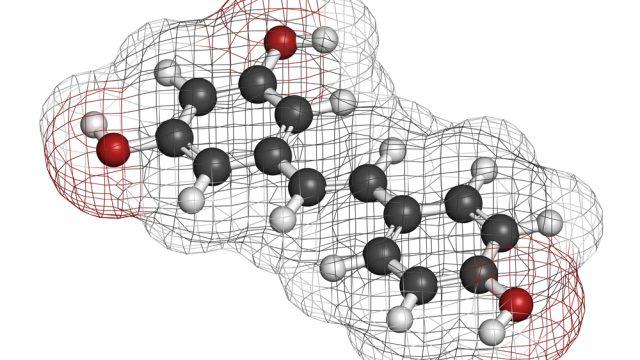 Molécula de resveratrol, un antioxidante. Investigadores del Laboratorio de Alta Tecnología de Xalapa de la Universidad Veracruzana, encabezados por Ángel Trigos Landa, realizaron pruebas a diferentes vinos, de distintos países, uvas y tipos, y hallaron que la gran mayoría son sensibles a la luz y producen oxígeno singulete, lo que provoca oxidación celular. Por esta razón el vino no se envasa en vidrio transparente (Imagen: ilustración Shutterstock.)