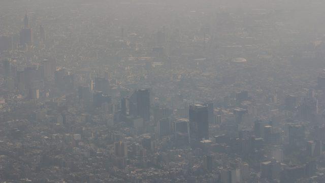 Imagen, Ciudad de México bajo una fuerte contaminación. La contaminación atmosférica es causante de 1 de 10 muertes en el mundo; en México 30 millones de mexicanos respiran mala calidad del aire. Se proyecta que para 2018, la mala calidad del aire ocasionará 37 mil 488 muertes prematuras, 103 mil hospitalizaciones, seis millones de consultas médicas y pérdidas económicas por 20 mil millones de pesos, de acuerdo con el INECC. (Foto: Shutterstock.)