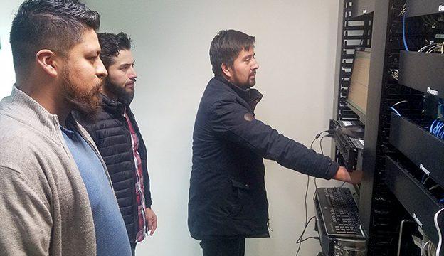 Álvaro Moisés Díaz, Jaime Román y Héctor Ramírez, de Tecnologías de la Información, trabajan en la actualización del Sistema Infomex.