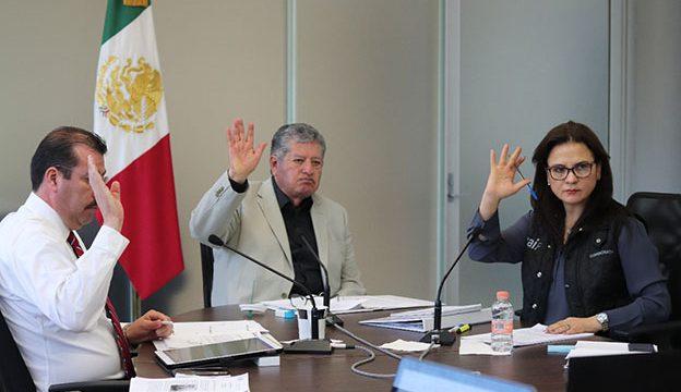 El Comisionado Presidente José Antonio De la Torre Dueñas, con los comisionados Julieta Del Río Venegas y Samuel Montoya Álvarez