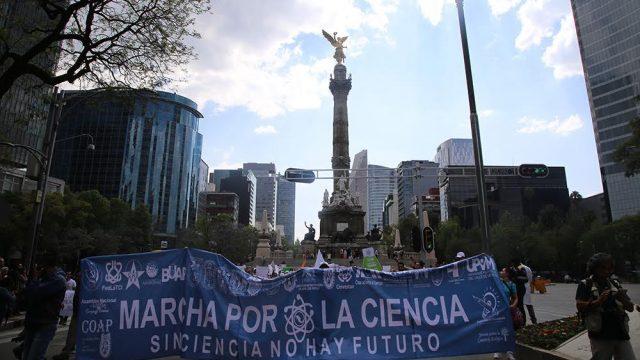 Por segunda ocasión se realizó en la Ciudad de México la Marcha por la Ciencia, la cual partió del Ángel de la Independencia y finalizó en el Zócalo. En ella participaron estudiantes, investigadores y ciudadanos que expresaron demandas a favor de la ciencia y la tecnología. (Fotos: Luz Olivia Badillo/AMC.)