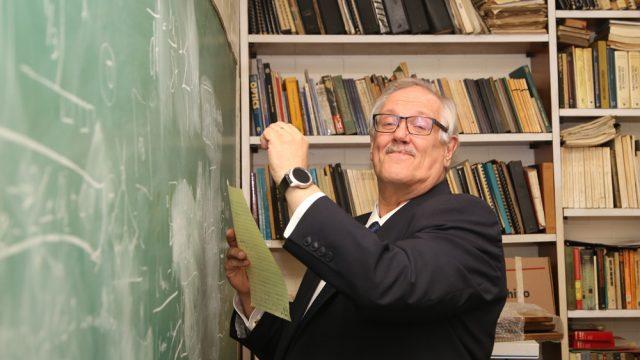 El doctor Kimmo Kaski, científico finlandés, pionero en el mundo de la física computacional, en uno de los salones del Instituto de Física de la UNAM. (Foto: Elizabeth Ruiz Jaimes/AMC.)