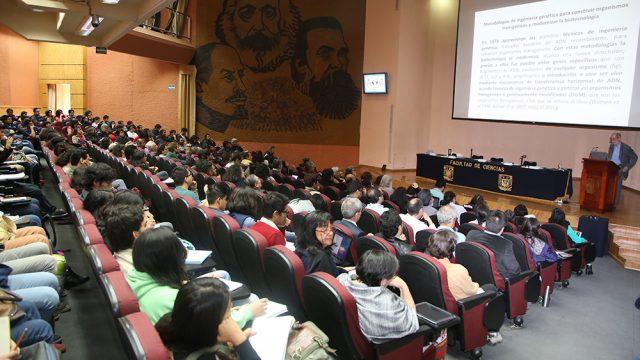 Doctor Francisco Bolívar Zapata durante su intervención en el ciclo de mesas Los alimentos transgénicos a debate (Fotos: Elizabeth Ruiz Jaimes/AMC.)