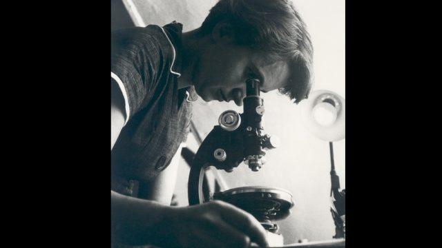 La química Rosalind Elsie Franklin, nacida el 25 de julio de 1920, cuyos estudios sobre difracción de rayos X dieron las claves para la estructura del DNA y confirmaron de manera cuantitativa el modelo de DNA de Watson y Crick (Foto: tomada de la Biblioteca Nacional de Medicina, Estados Unidos.)