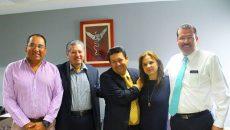Los Comisionados Jose Antonio De La Torre, Julieta Del Rio y Samuel Montoya Alvarez con Simitrio Quezada y José Ricardo Flores Suarez del INSELCAP