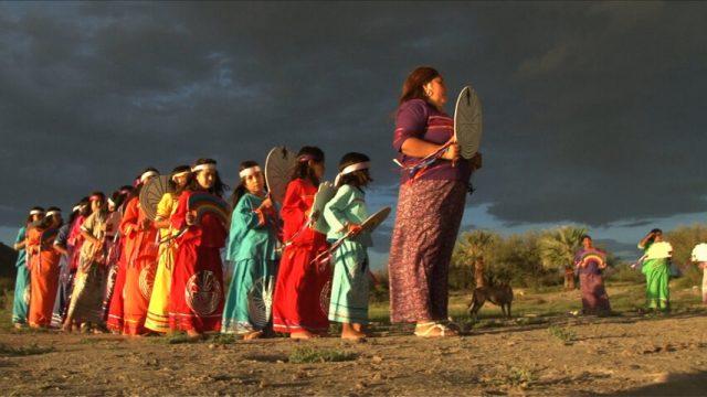 Aunque para el noroeste del país se pueden establecer dos vertientes de la música indígena, de raíz prehispánica y de origen mestizo, existe un instrumento característico: la sonaja. En la imagen, niña Kuri Kuri. (Fotos: cortesía Dr. Miguel Olmos Aguilera.)