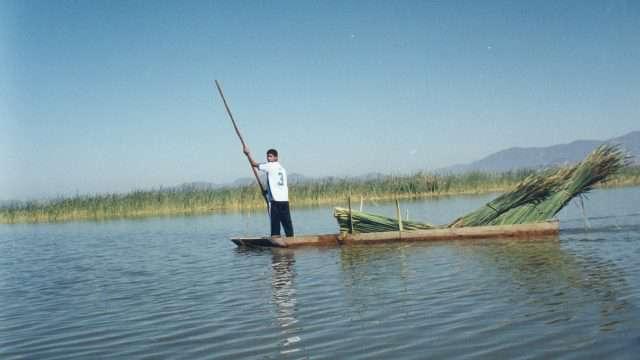 """La red de arrastre llamada """"chinchorro"""" es utilizada para pescar por varios miembros de una familia de pescadores en el lago de Pátzcuaro. Galería de fotos disponible en: http://www.comunicacion.amc.edu.mx/"""