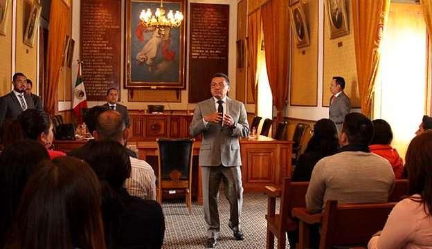 Charla Armando Ávalos con estudiantes sobre la delicada tarea de impartir justicia