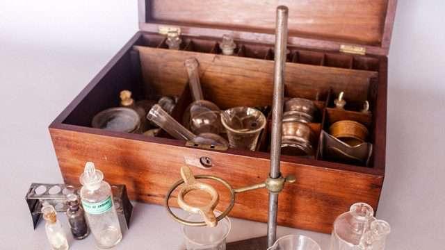 La química es el campo común en donde se estudia, se practica y se transmite cómo transformar las sustancias en pequeñas y en grandes cantidades, este conocimiento está estrechamente relacionado con la creación de instrumentos. (Imagen: tomada de Internet.)