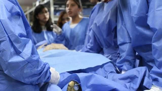 Para las clases prácticas en la Facultad de Medicina de la UNAM, a los cuerpos de estudio sólo se descubre la parte con la cual trabajarán los estudiantes. (Fotos: Elizabeth Ruiz Jaimes/AMC.)