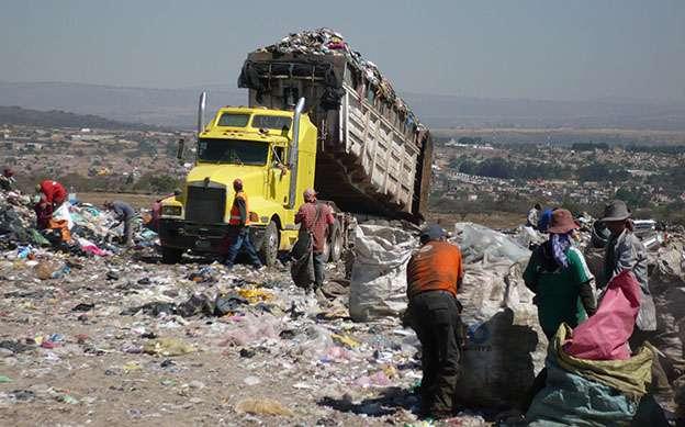 El confinamiento masivo de desechos sólidos en tiraderos municipales genera la contaminación del agua, el aire y el suelo, y es una fuente de emisiones de gases de efecto invernadero hacia la atmósfera. (Foto: Cortesía del doctor Gerardo Bernache Pérez.)