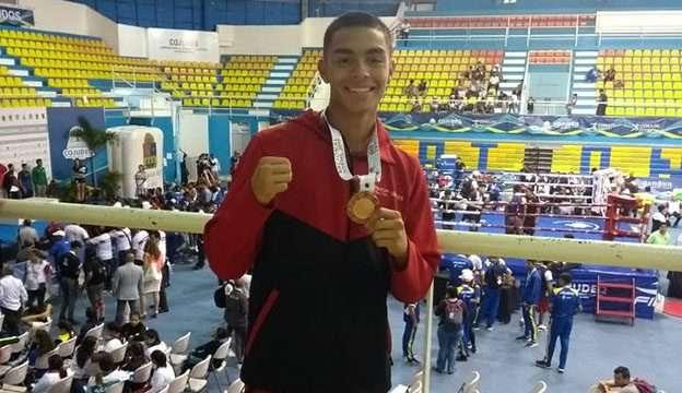 Puños de bronce muestra Diego Hernández
