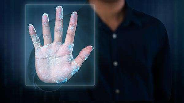 En años recientes se ha usado la tecnología para registrar las huellas dactilares, rostro, iris, firma y geometría de la mano de un individuo —rasgos inmodificables de cada ser humano—, con el fin de mejorar el control migratorio en los cruces fronterizos. (Foto: Shutterstock.)