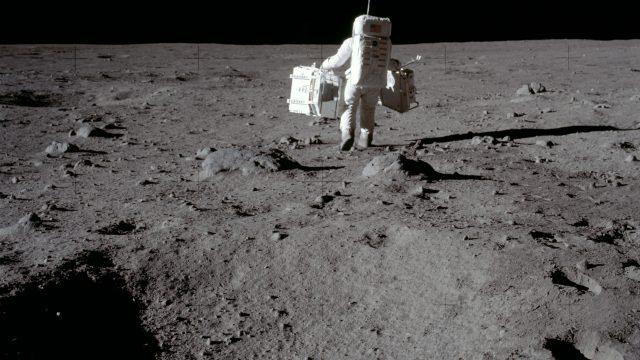 Con las muestras recolectadas en la misión Apolo 11 se hicieron estudios de la superficie de la Luna, donde se instalaron muchos instrumentos, aparatos para saber si había sismos, detectores de partículas energéticas para ver como interactuaban la superficie de la Luna con el viento solar. (Foto: Archivo histórico de la NASA)